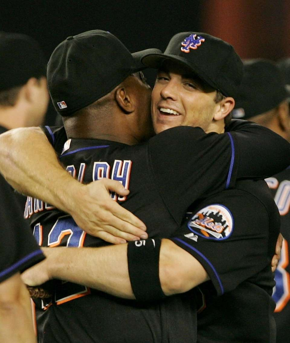 Mets manager Willie Randolph hugs David Wright after