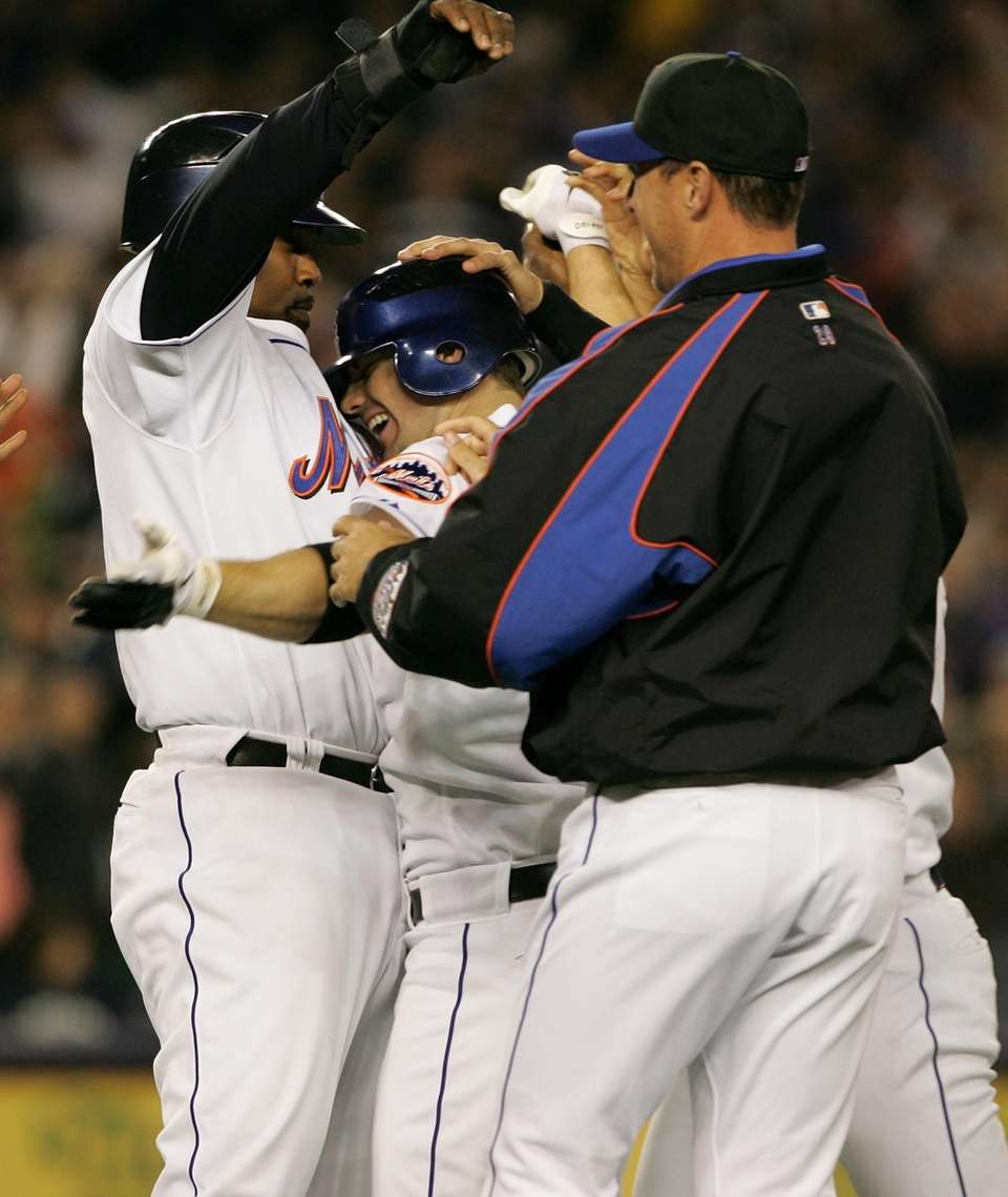 David Wright is hugged by teammates, Cliff Floyd