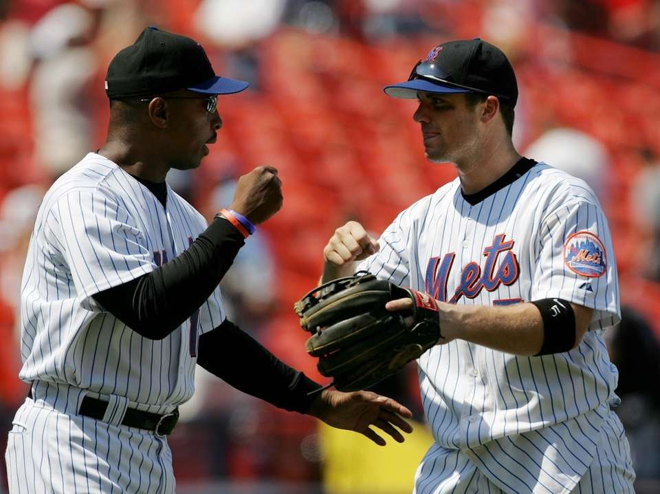 Mets manager Willie Randolph fist-bumps David Wright after