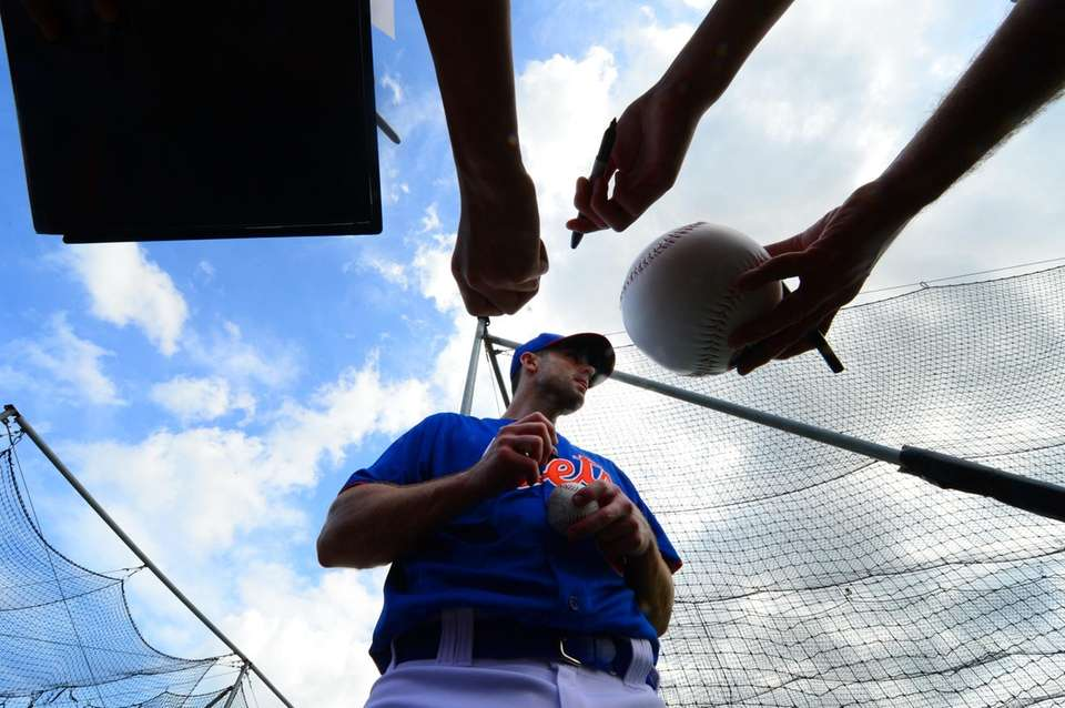 Mets third baseman David Wright signs autographs during
