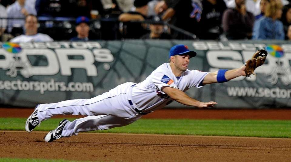 Mets third baseman David Wright dives to field