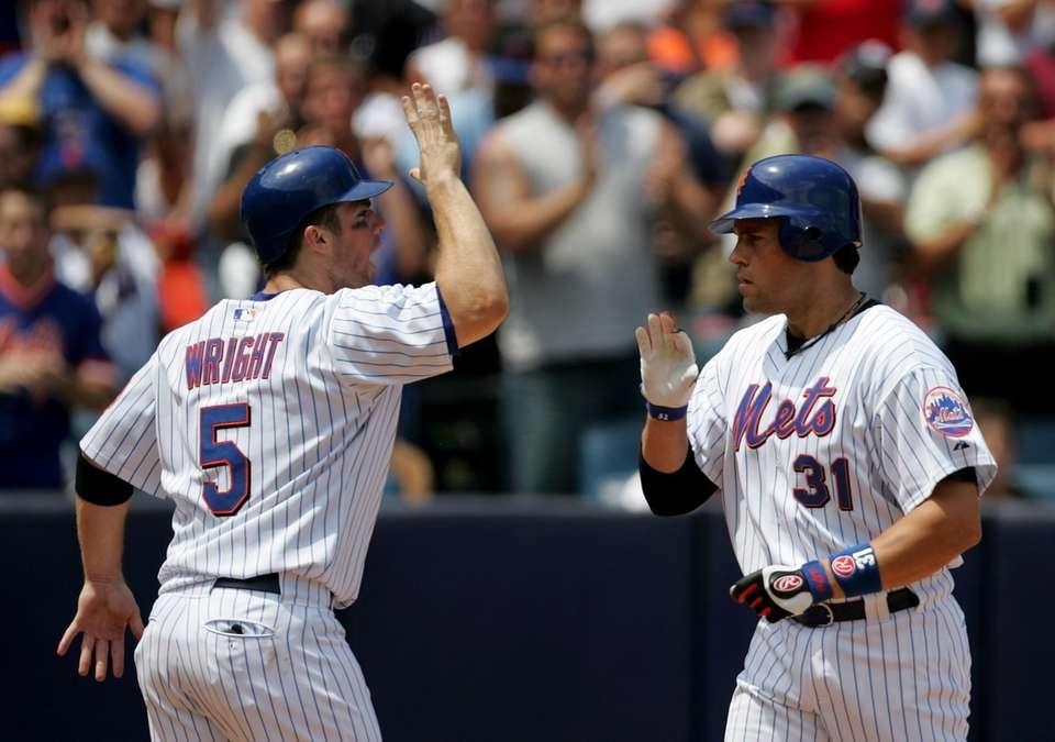 Mets' David Wright greets Mike Piazza at the
