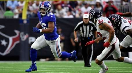 Giants' Saquon Barkley tries to sweep right end