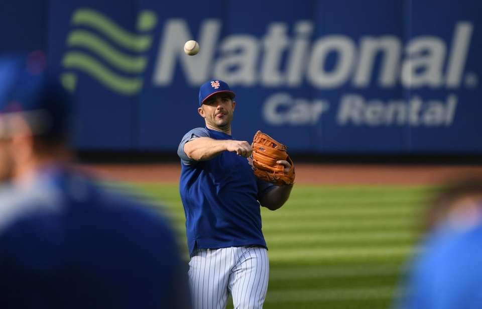 Mets third baseman David Wright warms up before