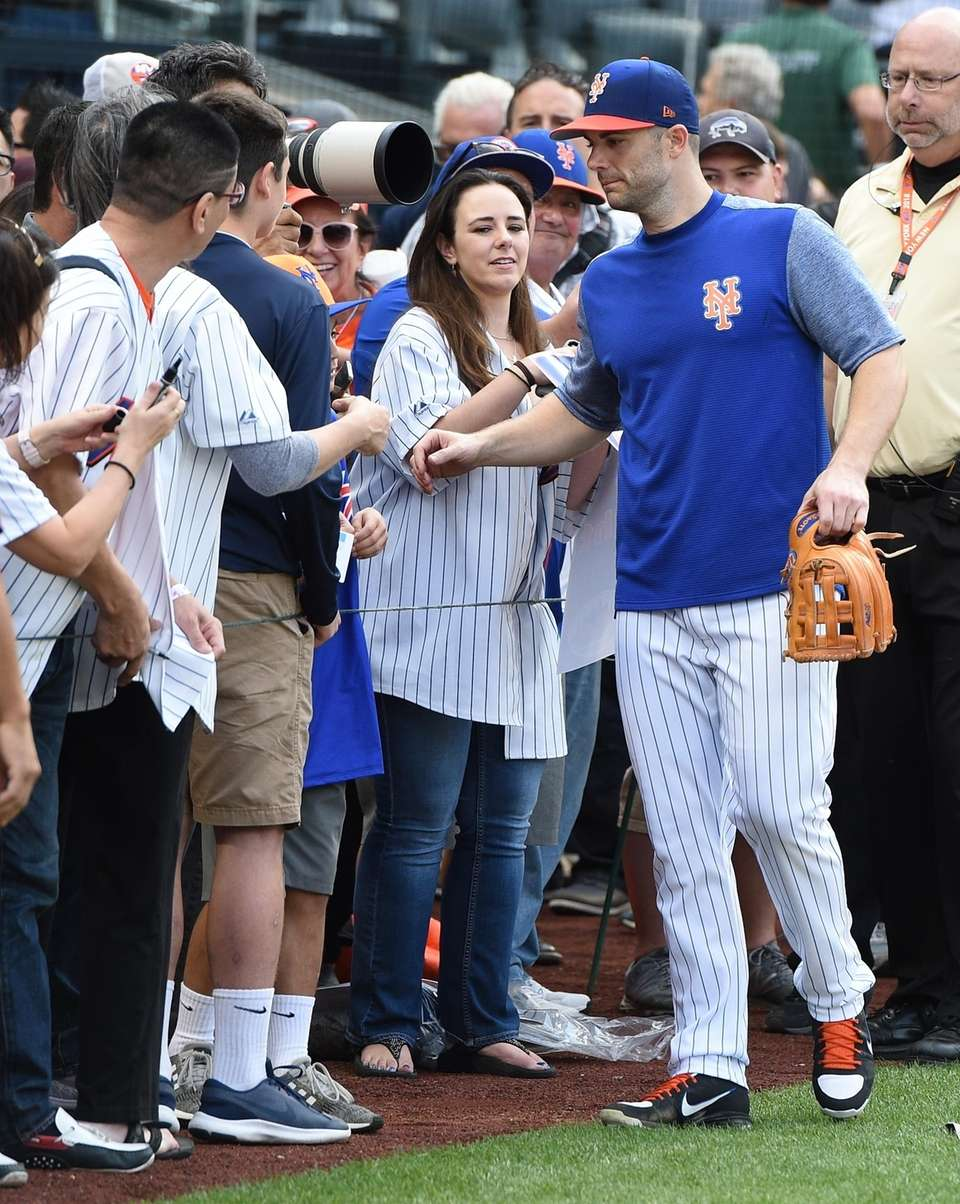 New York Mets' David Wright poses for selfies