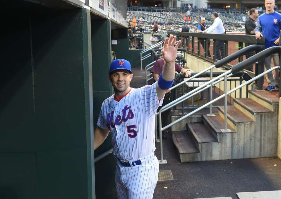 Mets third baseman David Wright waves to the