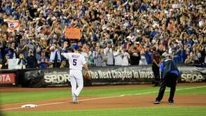 New York Mets third baseman David Wright waves