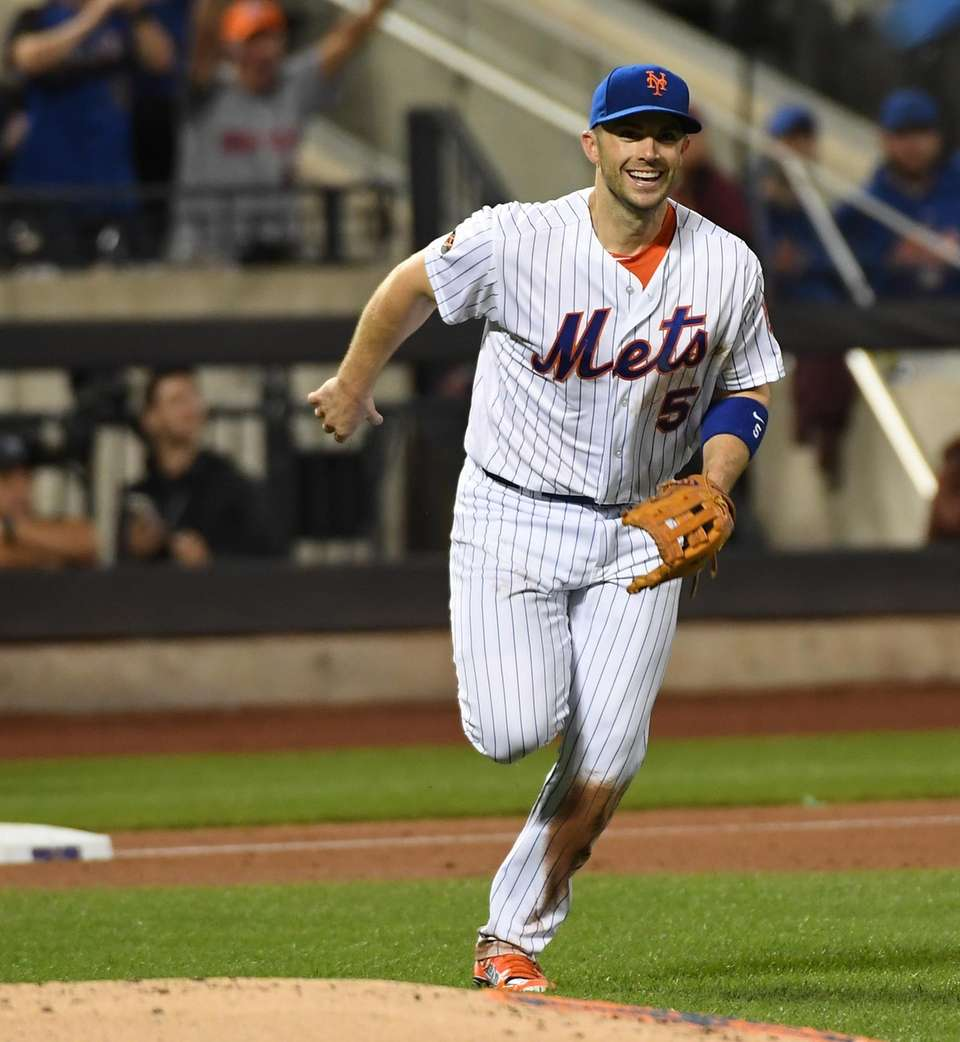Mets third baseman David Wright fields the ball