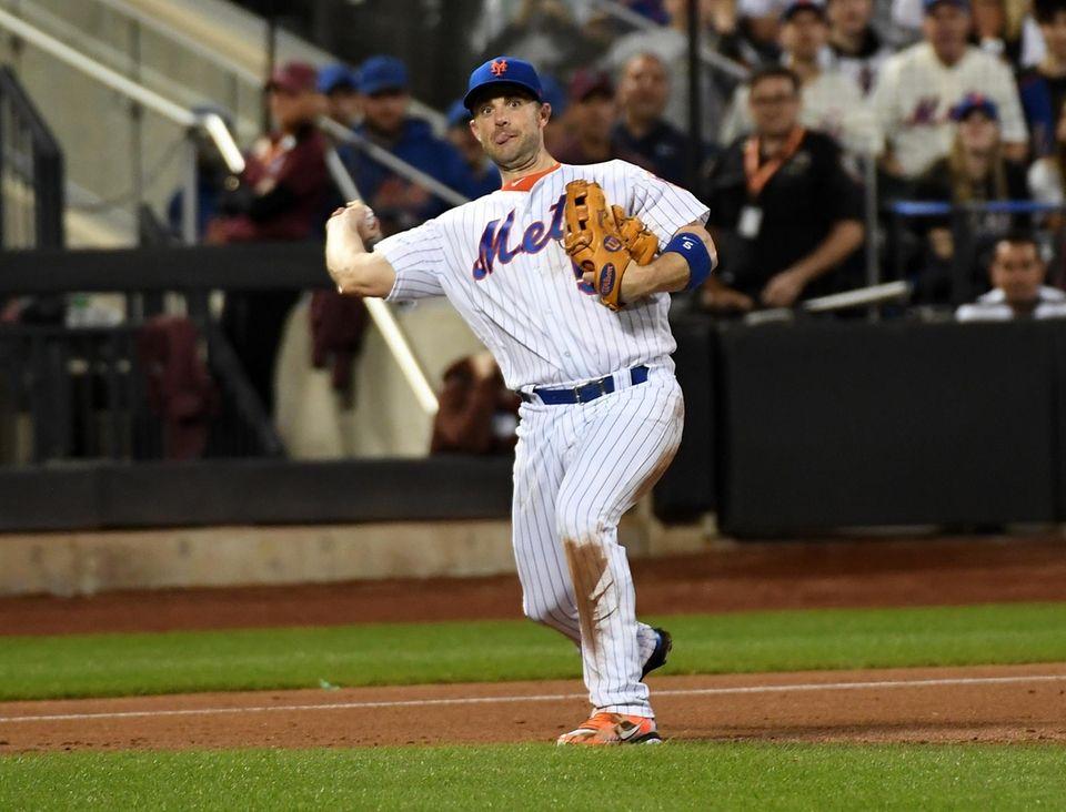 Mets third baseman David Wright fields the ball