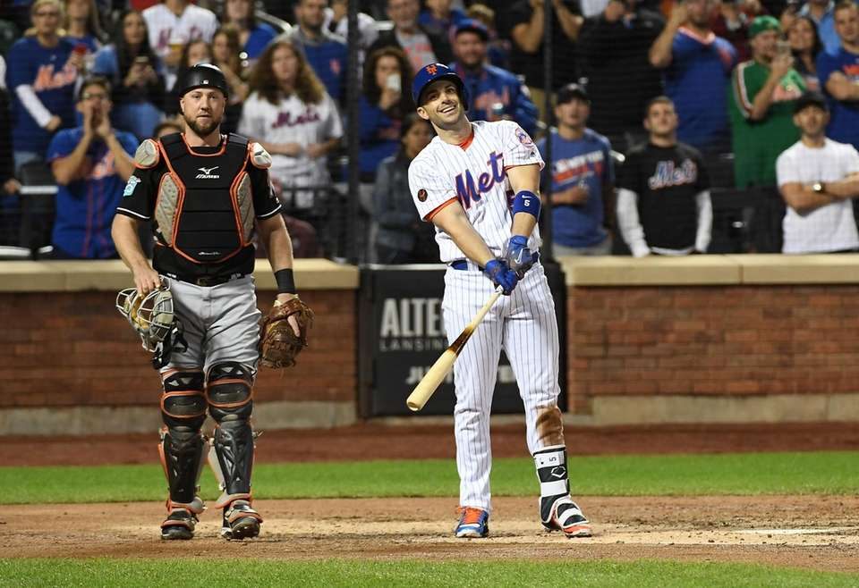 Mets third baseman David Wright fouls out to