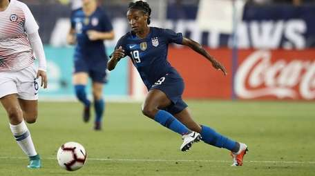Team USA's Crystal Dunn dribbles past Claudia Soto