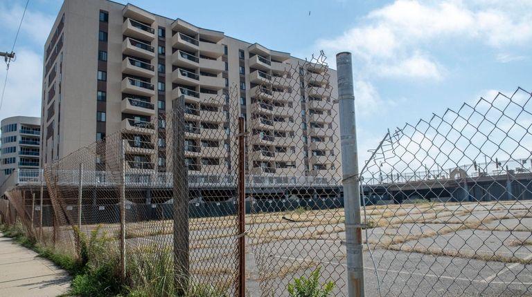 A permit to build more Seapointe Towers condos