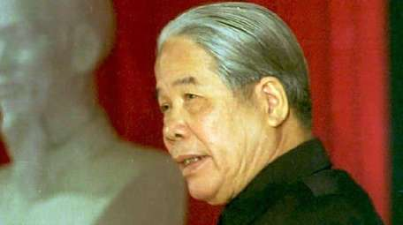 Vietnamese Communist Party Secretary General Do Muoi gives