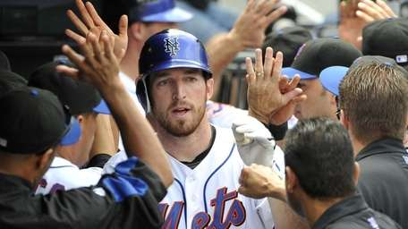 Mets' Ike Davis is greeted with high fives