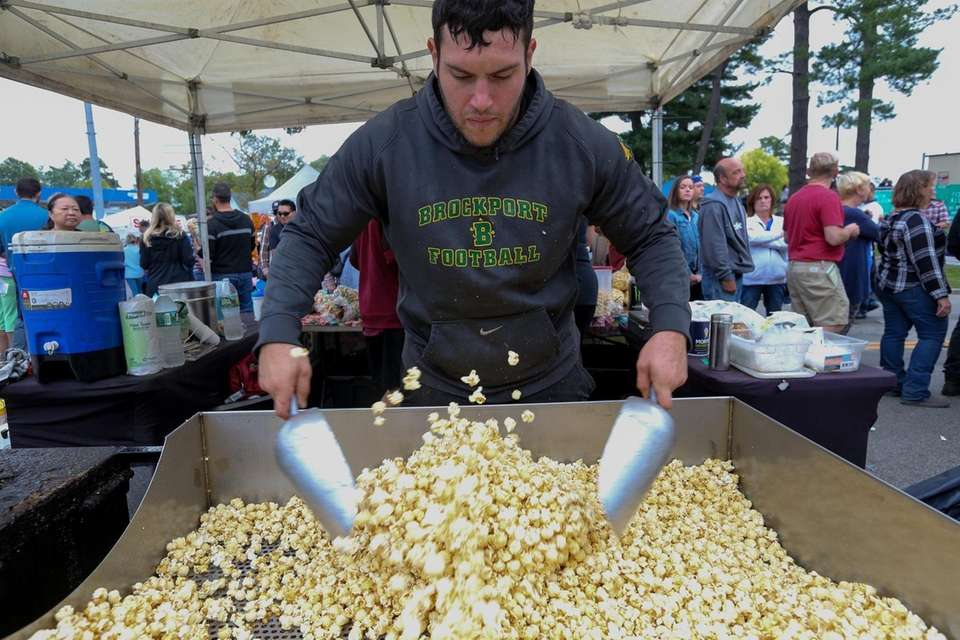 Jeff Scialo makes kettle corn at the Jeff's