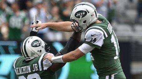 Jets quarterback Sam Darnold and Kelvin Beachum celebrate