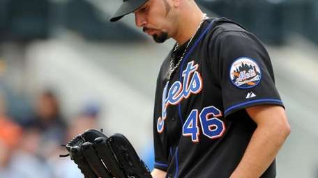 Mets pitcher Oliver Perez reacts while pitching in