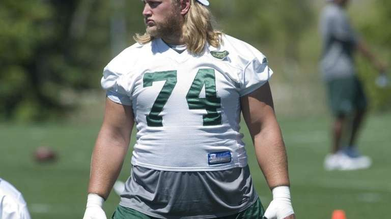 Jets center Nick Mangold stretches during mini camp