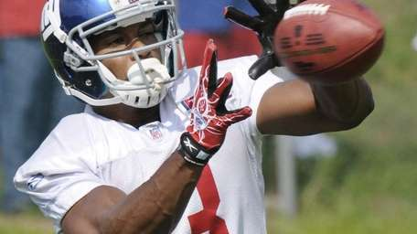 Giants rookie wide receiver Victor Cruz catches a