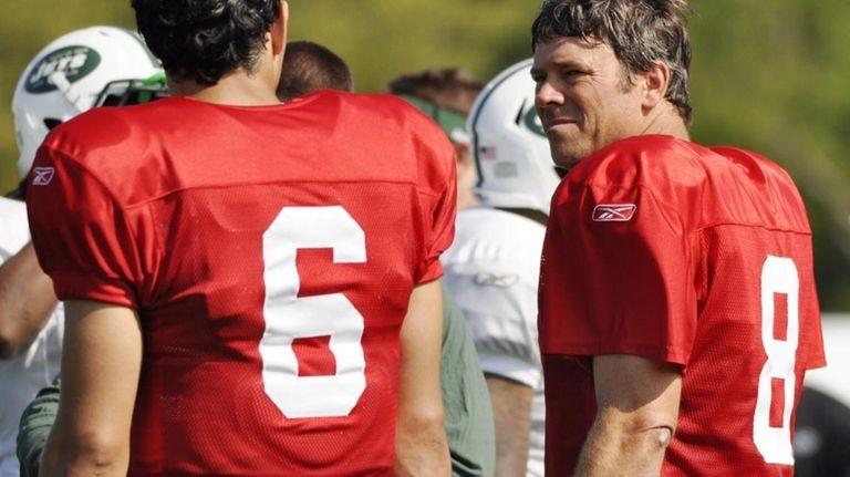 Jets backup quarterback Mark Brunell, right, talks with