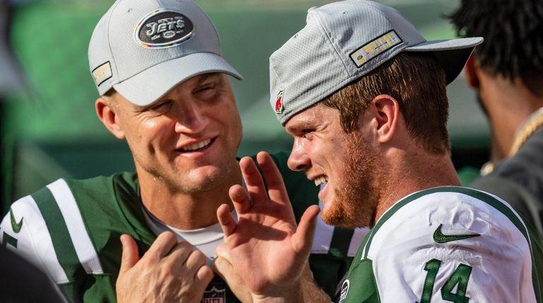 Jets quarterbacks Sam Darnold, right, and Josh McCown