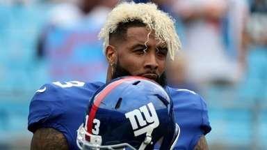Odell Beckham Jr. of the Giants warms up
