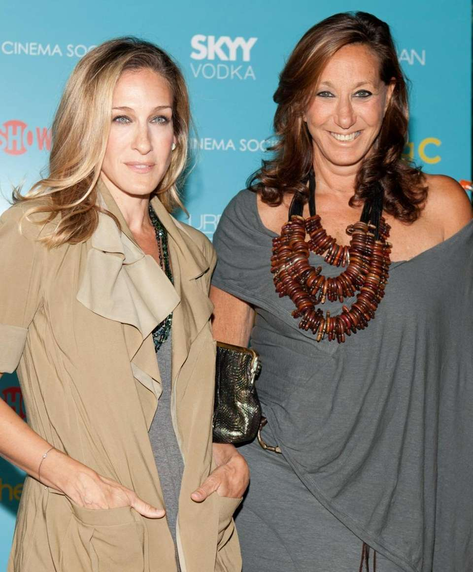 Sarah Jessica Parker and Donna Karan pose together