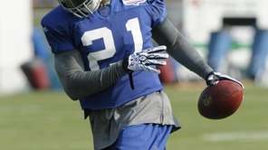 Giants safety Kenny Phillips wears a knee brace