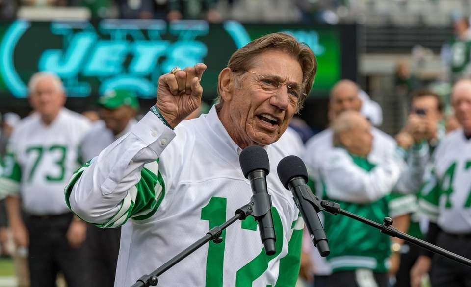 Joe Namath speaks to the crowd during a