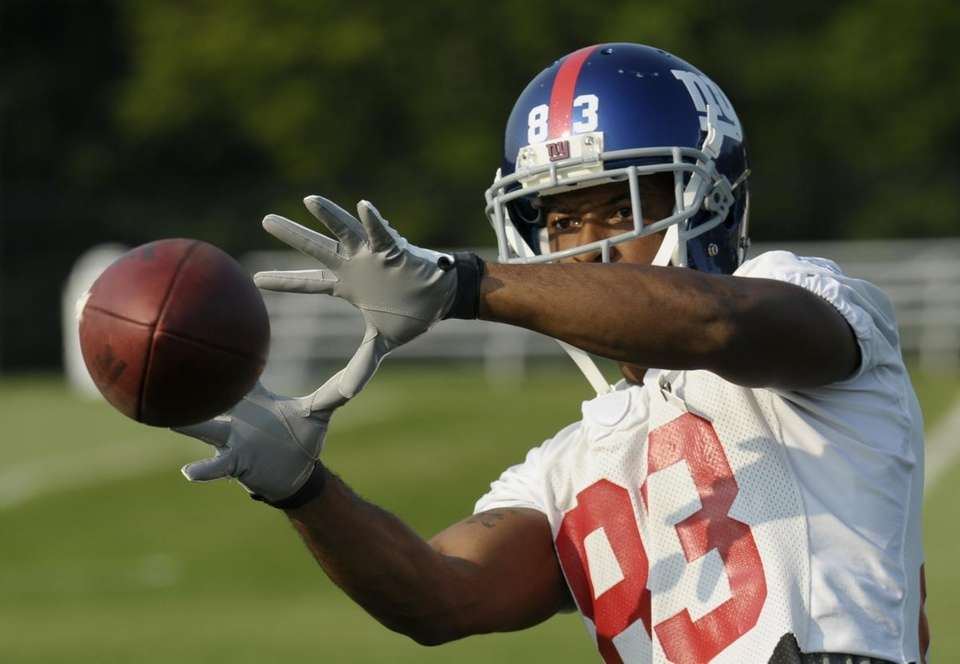 Giants wide receiver Sinorice Moss catches the ball