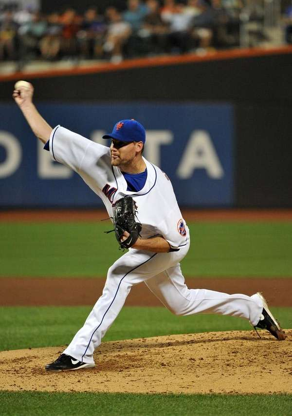 Mets starting pitcher Mike Pelfrey throws against the