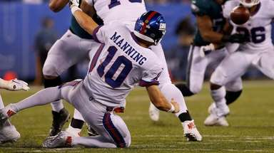 Eli Manning attempts a pass to Giants teammate