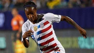 Crystal Dunn of the United States controls the