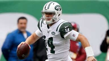 Jets quarterback Sam Darnold runs the ball during