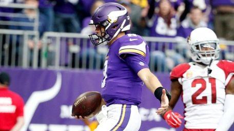 Vikings quarterback Kirk Cousins scores on a 7-yard