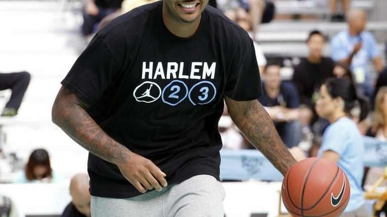 Carmelo Anthony of USAB practices with young athletes