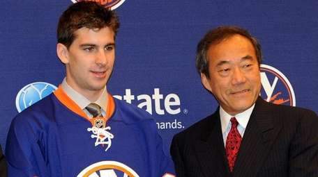 John Tavares poses with then-Islanders owner Charles Wang