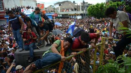 Thousands of Honduran migrants rush across the border