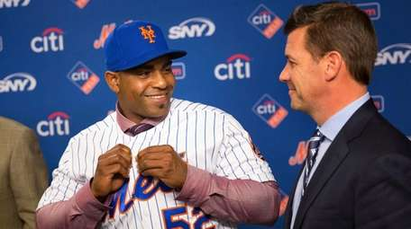 Yoenis Cespedes tries on his Mets jersey while
