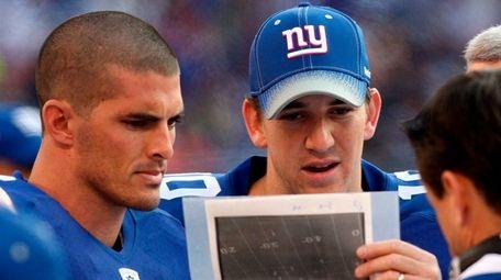 Giants backup quarterback David Carr, left, and quarterback