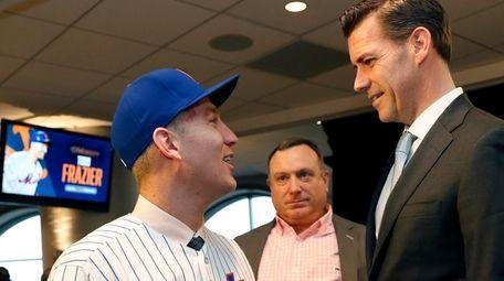 Mets third baseman Todd Frazier, left, talks to
