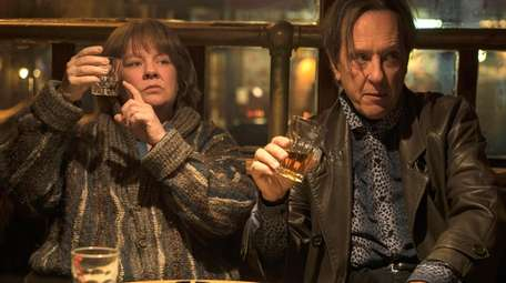 Melissa McCarthy  and Richard E. Grant in