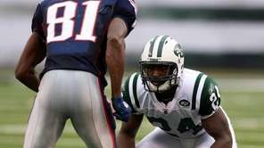 Jets cornerback Darrelle Revis lines up across from