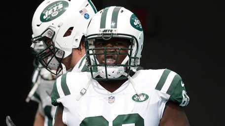 Jets offensive tackle Kelvin Beachum (68) sat at