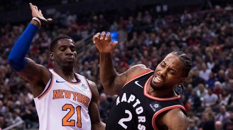 Toronto Raptors forward Kawhi Leonard (2) battles for