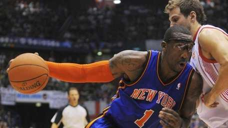 Knicks forward Amar'e Stoudemire drives to the basket