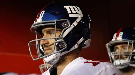 Giants quarterback Eli Manning takes the field to
