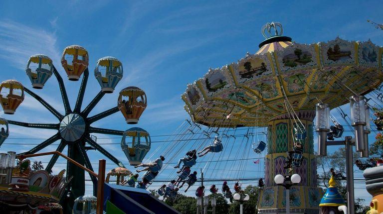 Adventureland is offering $10 off every 2019 season