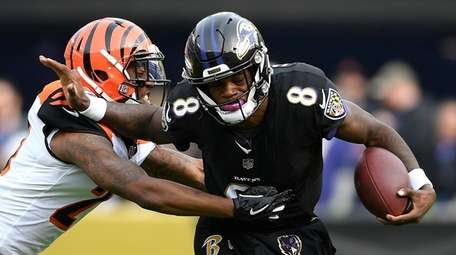 Baltimore Ravens quarterback Lamar Jackson (8) tries to