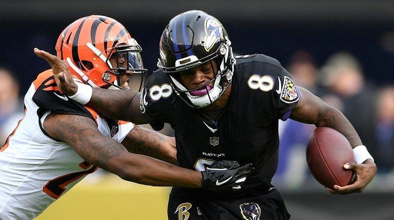 Baltimore Ravens quarterback Lamar Jackson (8) tries to